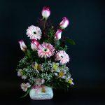Arrangement de fleurs dans un vase pour naissance de filles