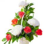 Panier, 6 roses rouge, 3 anastasias blanches et verdure