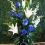 Arrangement funeraire roses bleues et lys blancs