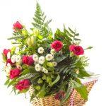 Panier de fleurs 9 roses, 5 marguerites, 1 lys et solidago.