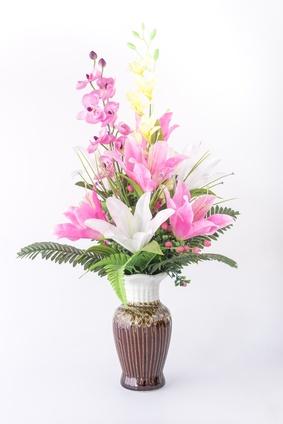 3 lys, 2 orchidées, hypericums et verdure