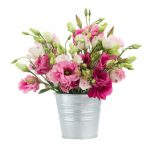 Bouquet de lisianthus dans un pot métallique