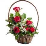 Panier 6 roses rouges, soupirs de bébé et verdures