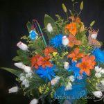 Anastasias bleus, roses blanches, lys oranges, alstromerias et solidagos