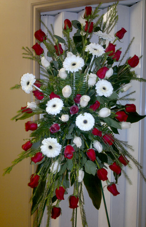 Roses rouges et blanches, gerberas blancs