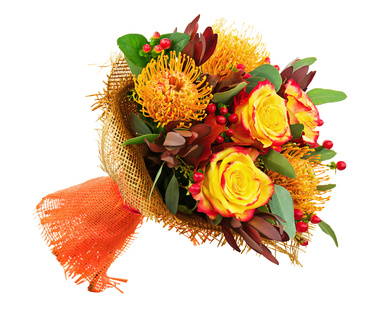 3 protea, 3 roses, hypericums, leucadendrons et verdures
