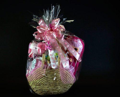 Panier cadeau d'accessoires pour naissance d'une fille.