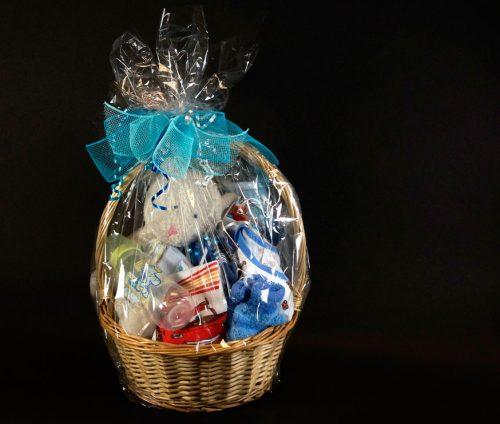 Panier cadeau d'accessoires naissance de garçon