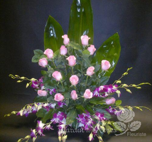 Rose, orchidée et feuilles de bananiers